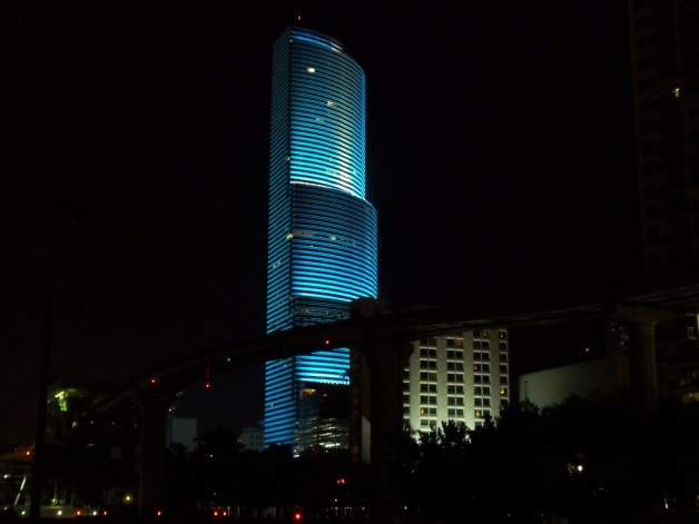 Miami_Tower_at_night_from_the_southwest,_lit_up_in_blue